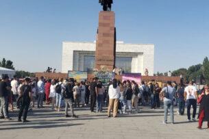 На площади Ала-Тоо проходит творческая акция «Ветер перемен» в честь 65-летия Алмазбека Атамбаева