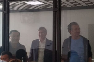 В Первомайском райсуде идет заседание по делу о кой-ташских событиях. В суд доставили Алмазбека Атамбаева, Фарида Ниязова и Равшана Джеенбекова