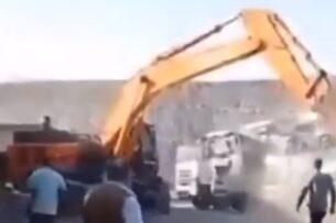Из-за невыплаченной зарплаты водитель экскаватора уничтожил кабины самосвалов ковшом (видео)