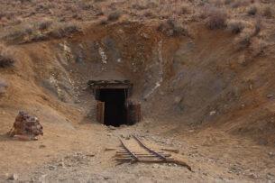 38 лет мужчина каждый день копал тоннель в пустыне, а потом неожиданно не пришел и оставил открытой дверь