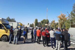 В Таласской области протестуют водители такси и большегрузных авто