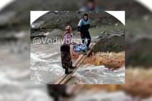 В Узбекистане мужчина построил самодельный мост и брал деньги с жителей, которые по нему ходили