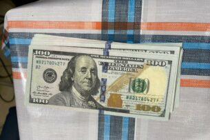 Сотрудники ГКНБ Кыргызстана в одном из офисов изъяли фальшивые доллары